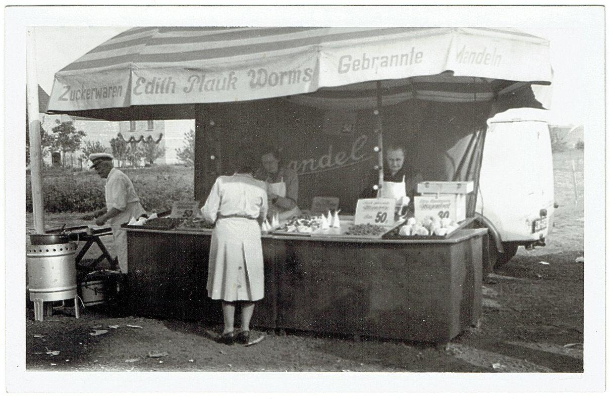 Mandelbrennerei  Edith Plauk 1954 auf der 1200-Jahr-Feier Pfeddersheim